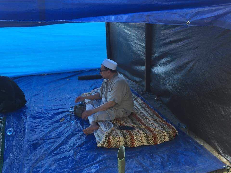 Seorang Habib Beralas Tikar di Barak Kawasan Terparah Gempa Palu
