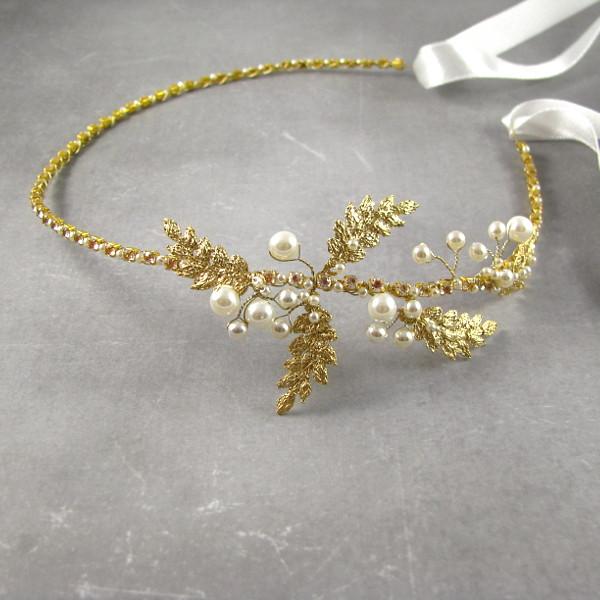 Pozłacana opaska ślubna z perłami.