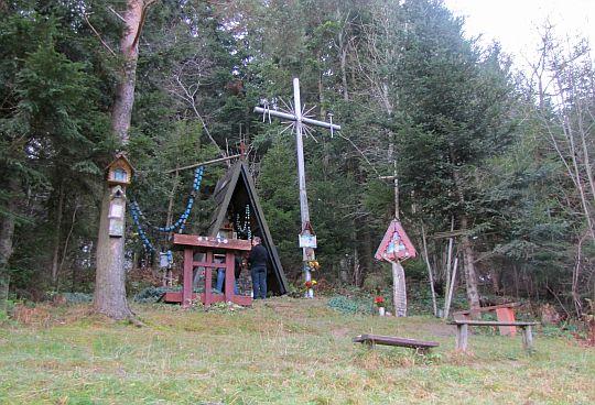 Kaplica z krzyżem saletyńskim.