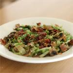 Keptos kopūstų, šoninės ir šalotų salotos