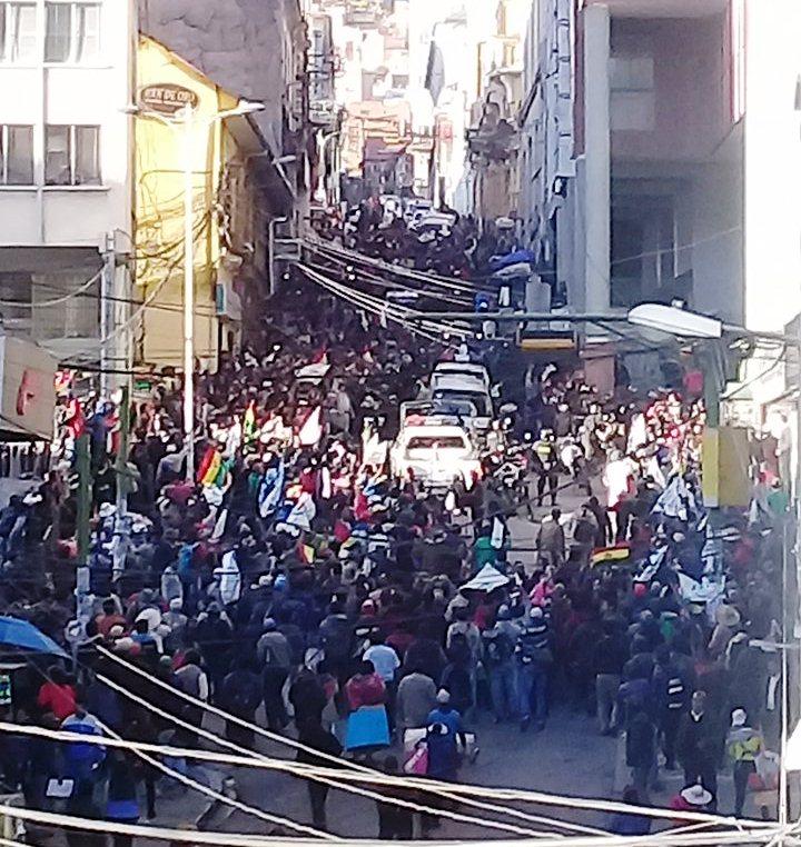 El resguardo policial que trasladó a Franclin Gutiérrez gasificó a los marchistas cocaleros en el centro paceño / RRSS