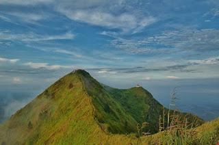 Gunung Andong Dengan Ketinggian 1.762 mdpl Yang Ada Di Magelang by IG @ridwanadhim