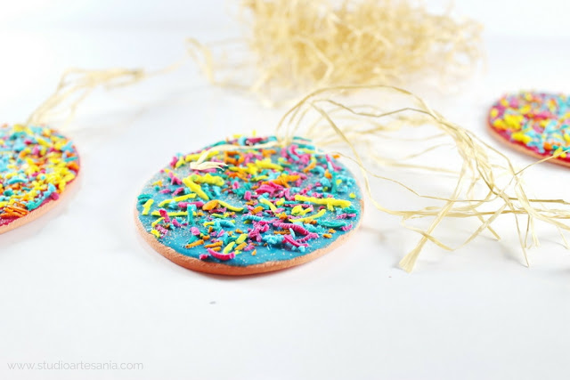 DIY Cookies-looking Easter eggs table decoration