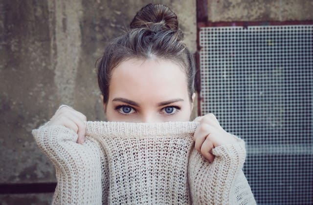 Gunakan pakaian longgar untuk mencegah bekas jerawat