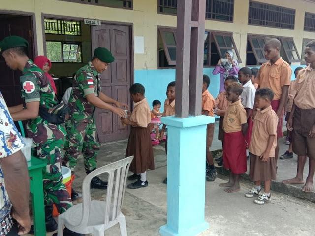 Peringati Hari Gizi Se-dunia, Satgas 755 Kostrad Ajarkan Pentingnya Kebutuhan Gizi Kepada Murid SD  di Papua