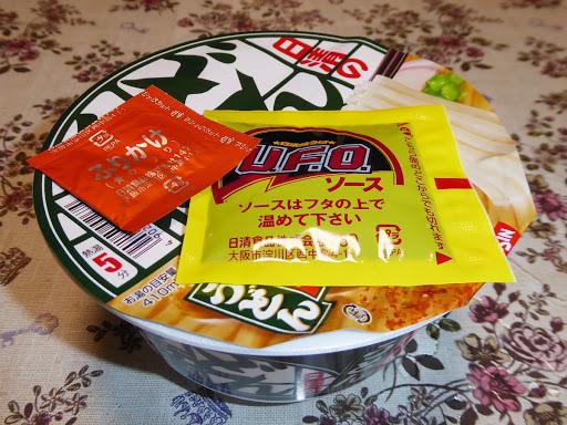 日清のどん兵衛きつねうどんの麺を日清焼そばU.F.O.のソースで味付けして『焼うどん』として食べてみる!