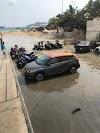 Sorprende marejada que sale hasta la calle en Acapulco a los acamoteros