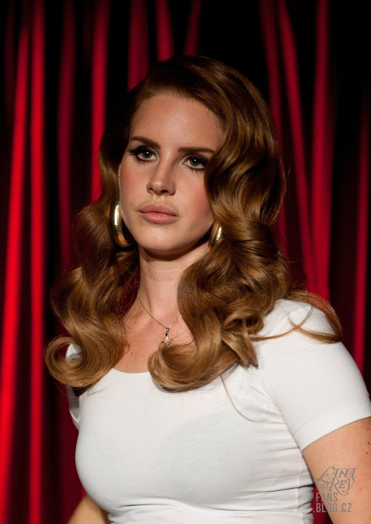Lana Del Rey By Chris Nicholls For Fashion Magazine: THE SHARPER: Lana Del Rey In Roter Salon Volksbühne In
