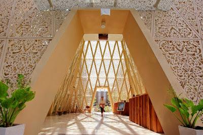 suasana lobby hotel dengan atap berbalut krawangan GRC ukiran Bali