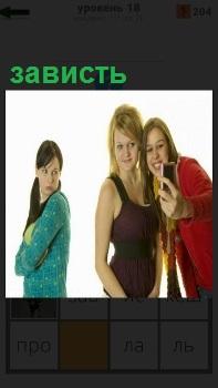 Две девушки делаю селфи, у подруги это вызывает настоящую зависть