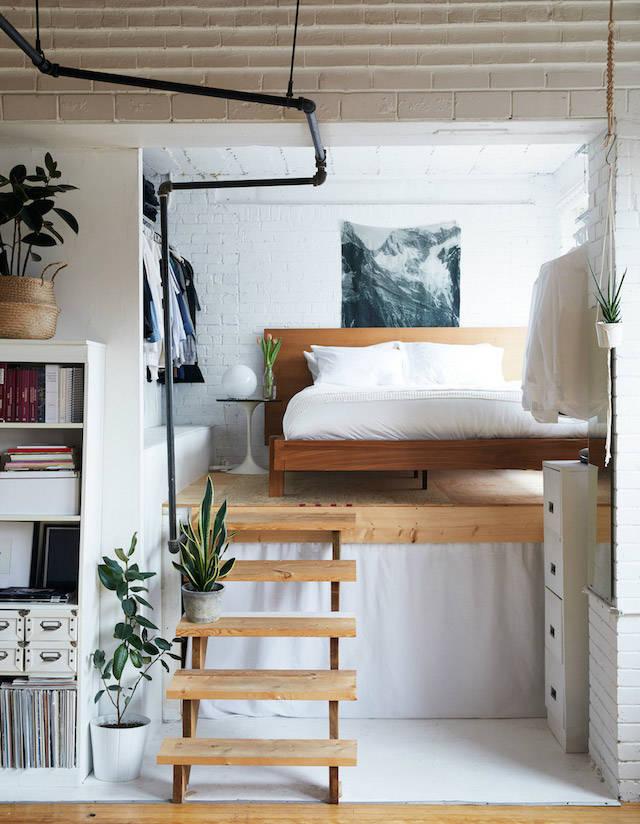 Cama elevada sobre estructura de madera