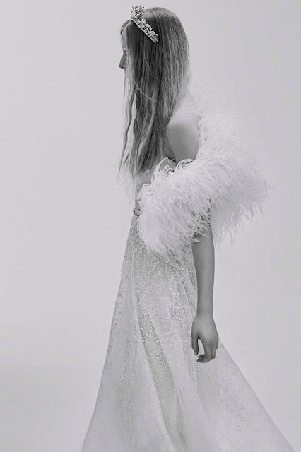 Vestido de novia de Elie Saab 2017 con chal de plumas - Foto: www.vogue.es