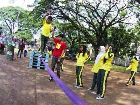 adik-adik sekolah kita - mencoba olahraga keseimbangan slackline.