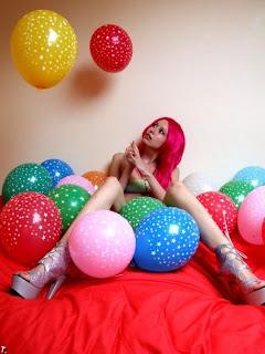 Foto de modelo con peluca rosa
