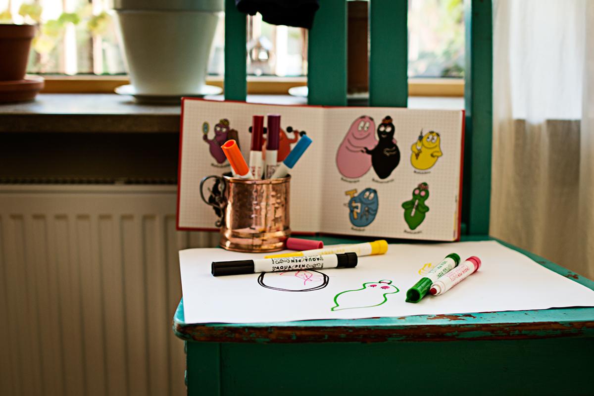 Ritstation med Barbapapabok, ritade figurer från Barbapapa, och ekologiska färgpennor.