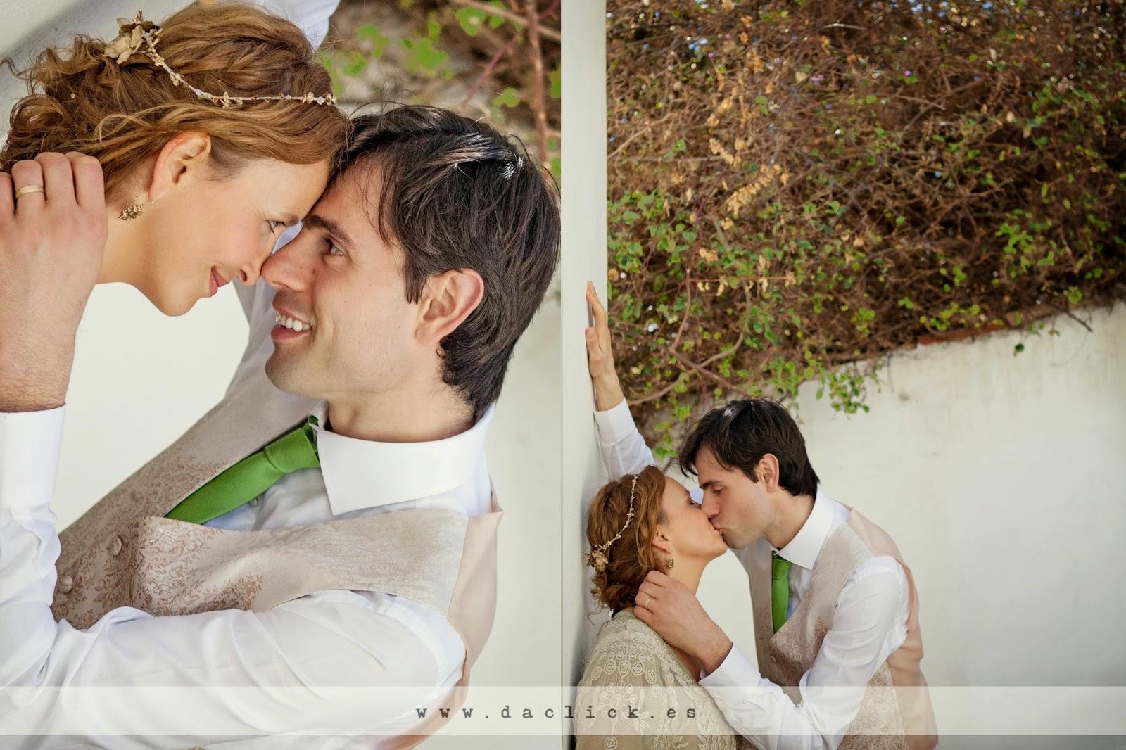 novios besandose en el casco antiguo de Altea