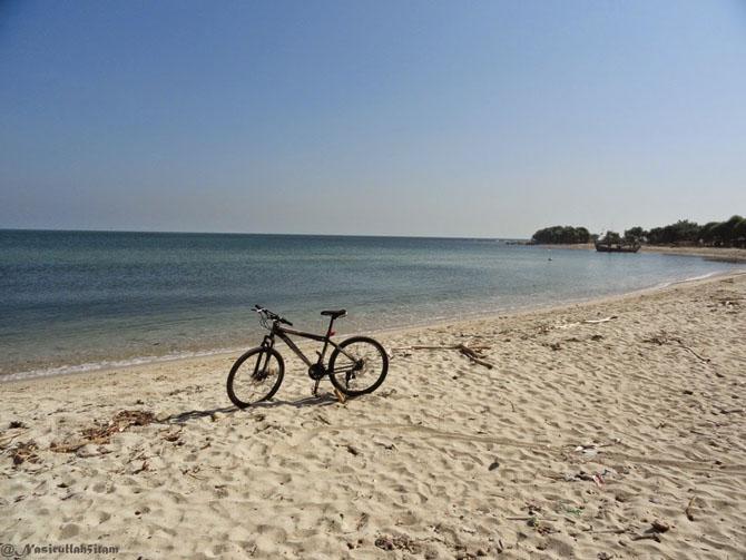 Sepedanya narsis dulu di pantai Empu Rancak, Karanggondang, Jepara_