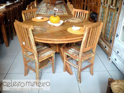 mesa redonda em madeira de demolição com acabamento maquinado
