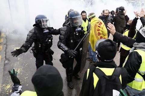 Leváltják a párizsi rendőrfőnököt, korlátozzák a tüntetéseket