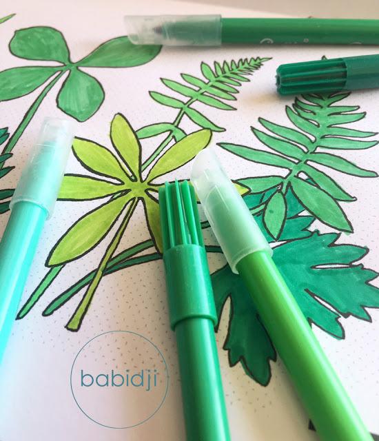 feuilles vertes dans un cahier de coloriage pour enfant