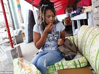Aneh! Wanita Ini Suka Sekali Makan Busa Sofa, Ternyata ini Penyebabnya
