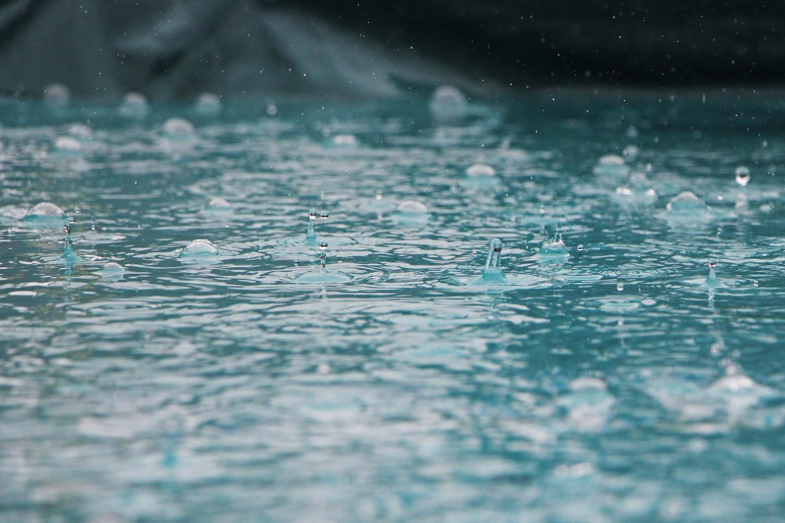 雨中の水面