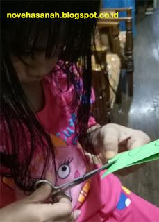 proses menggunting ornamen sebenarnya tidak terlalu sulit untuk anak-anak yang muda, karena sewaktu di TK mereka sudah diajarkan dan dilatih menggunting beragam bentuk sederhana