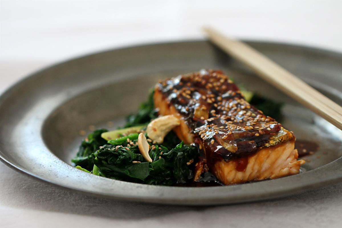 Lachs mit Ingwer und Glasur mit Yakitori-Sauce auf Blattspinat mit geröstetem Sesam und Cashewnüssen | Arthurs Tochter kocht. von Astrid Paul