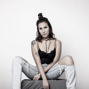Foto DJ Tiara Eve Paha Putih Mulus