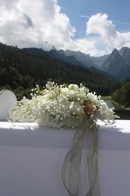 Altargesteck, Trauung unter freiem Himmel - Gold und Weiß, goldene Sommerhochzeit im Riessersee Hotel Garmisch-Partenkirchen, gold white wedding in Garmisch, Bavaria, lake-side, summer wedding