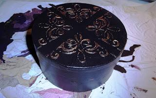 okrągłe brązowe pudełko z pastą strukturalną na powierzchni