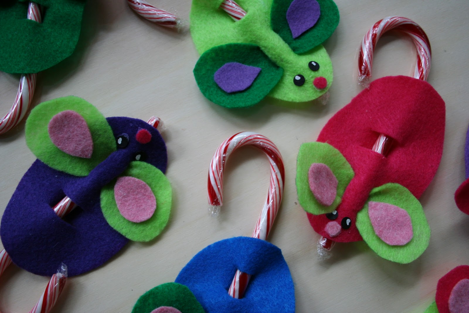 Pink and green mama easy holiday kid craft felt candy for Easy christmas felt crafts