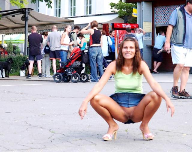 Фото подсмотренной письки WWW.EROTICAXXX.RU без трусов на улице (18+ эротика)