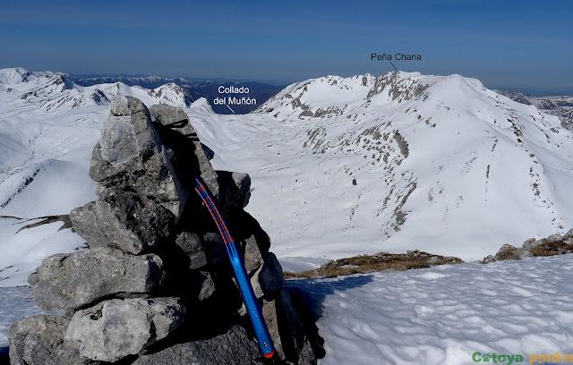 En la cima de Pîcos Blancos vistas hacia Peña Chana