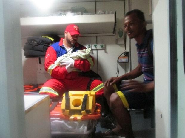 Bebê no colo de integrante da equipe de resgate; ao lado, homem que encontrou criança (Foto: Divulgação / Bahia Norte)