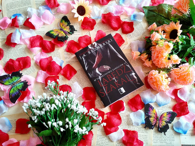 """Przystojny morderca, okrutna połówka serca i nowa miłość w piwnicy, czyli recenzja powieści J.A. Redmerski """"Łabędź i szakal"""""""