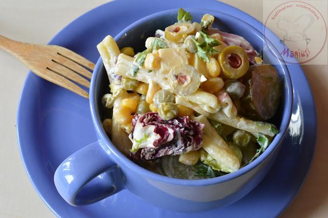 Sałatka makaronowa z kukurydzą i groszkiem