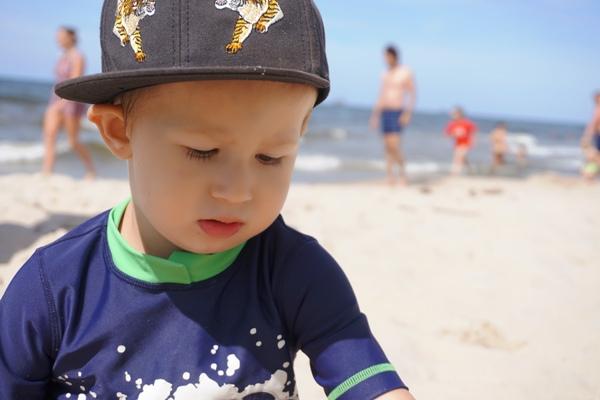Szymek nad morzem w koszulce z autami