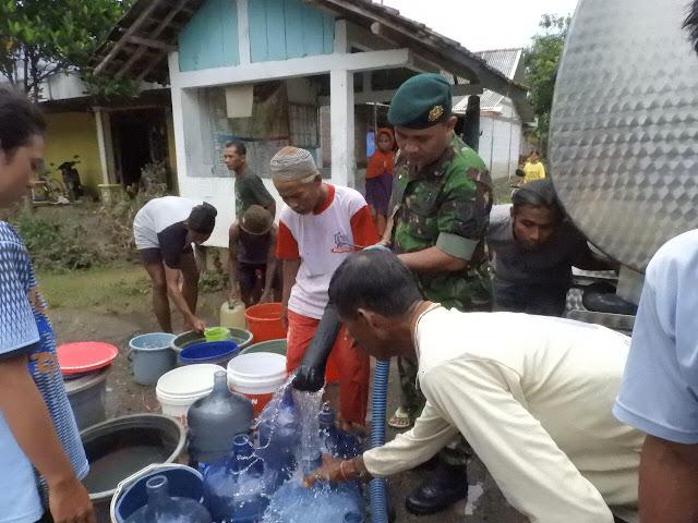 Kostrad Kerahkan Dua Tangki Air Bersih untuk Korban Banjir di Ngawi