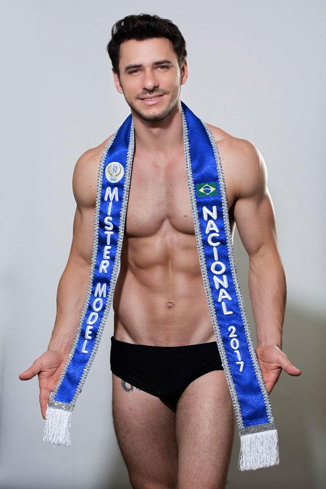Alexandre Bertolla, o Mister Model Nacional 2017, posa de sunga para ensaio. Foto: Ronaldo Gutierrez