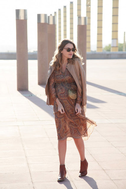 Беременная женщина в платье миди в стиле бохо с поясом