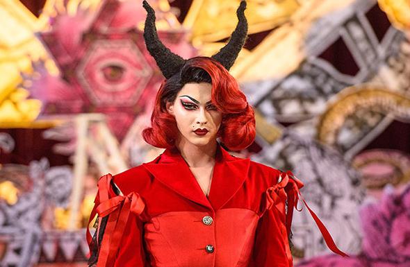 modelo de la semana de moda en Londres con cuernos y vestido rojo