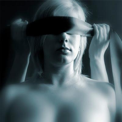 glossário bdsm, blindfold, vendar, venda para os olhos, privação sensorial, dominacao, submissao