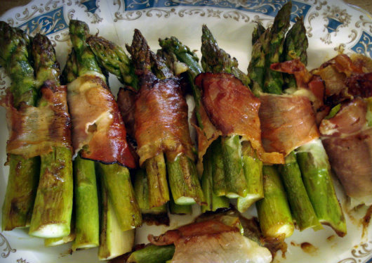 Parcels with asparagus, mozzarella and prosciutto by Laka kuharica: serve as the warm hors d' ouvre.