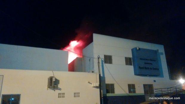 Incêndio atinge prédio da biblioteca municipal de Santa Cruz do Capibaribe