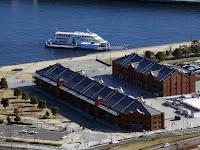 空からみた赤レンガ倉庫と海と大型船