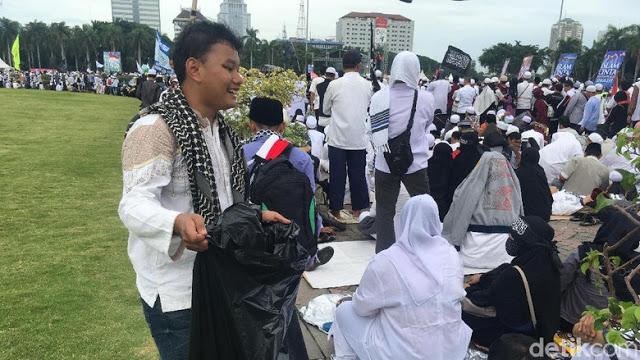 Keliling Monas, Remaja Ini Kumpulkan Sampah Peserta Reuni 212