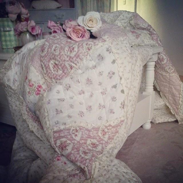 Shabby Chic Liebhaber: Shabby Chic Tagesdecke & Gartenträume