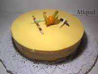 Pastel tropical de fruta de la pasión, coco y piña