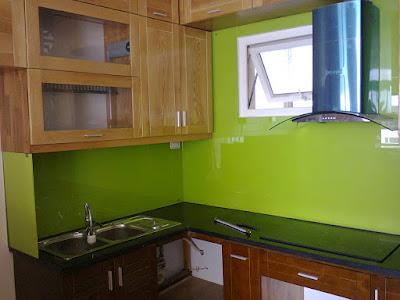 Thay đổi cả phòng bếp lạ mắt bằng kính màu ốp bếp